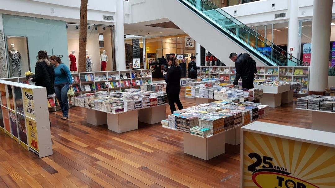 Tudo por R$ 10: feira com promoção de livros chega ao Shopping Crystal