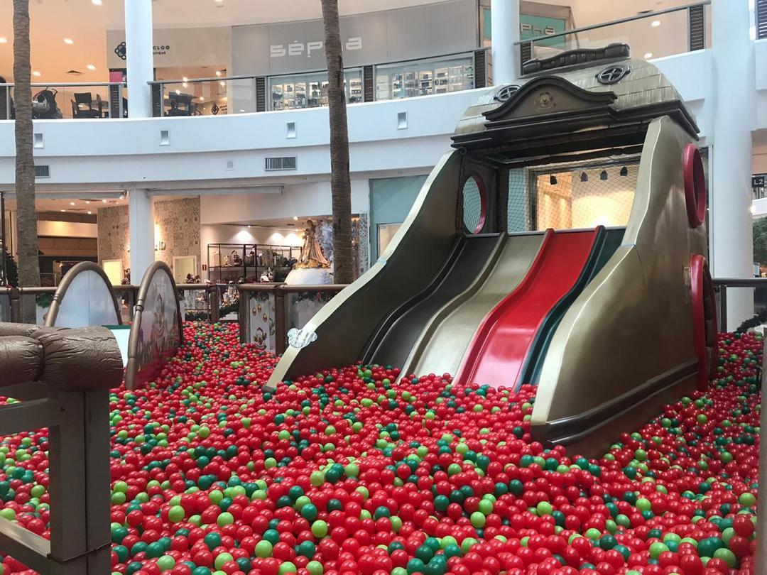 Favorita das crianças, piscina de bolinhas gigante volta ao Shopping Crystal com a temática de Natal