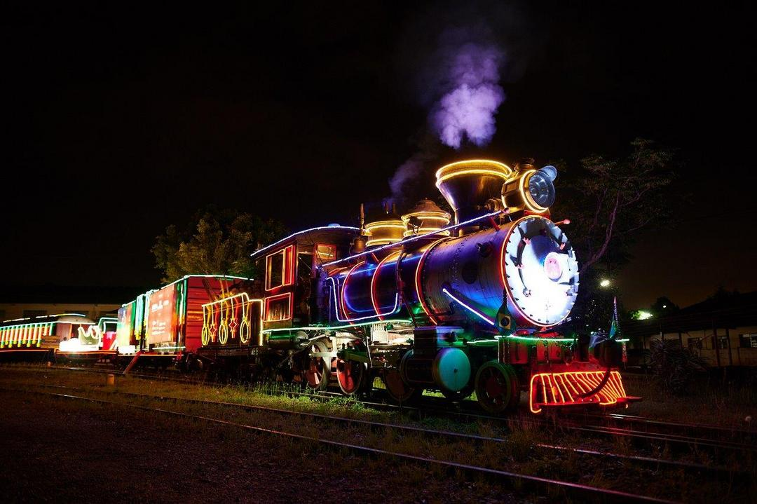 """Espetáculo """"Rumo ao Natal"""" é apresentado neste domingo em Curitiba, com locomotiva iluminada"""