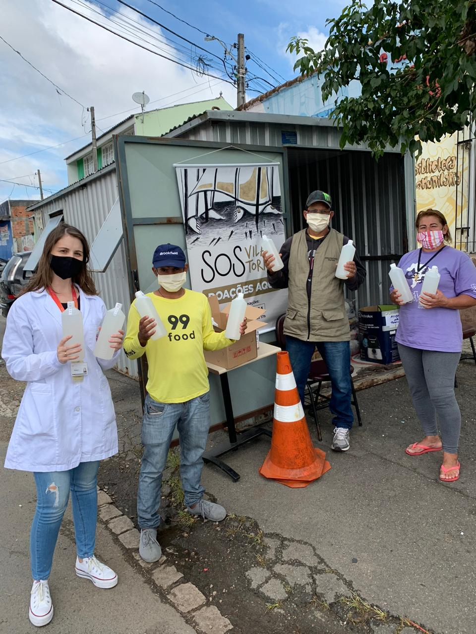 PUCPR realiza doação de álcool gel para Vila Torres
