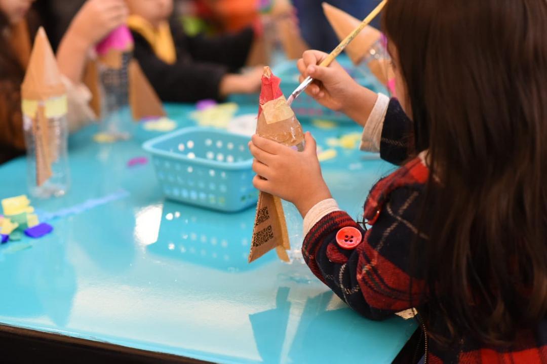 Oficinas criativas fazem as crianças soltar a imaginação durante as férias escolares