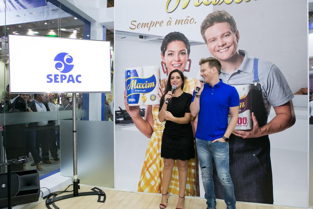 Michel Teló e Thaís Fersoza visitam a Sepac na APAS 2019