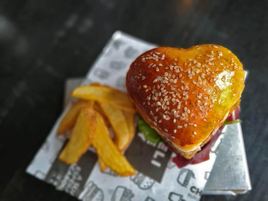 Chelsea celebra Dia dos Namorados com um burger em formato de coração