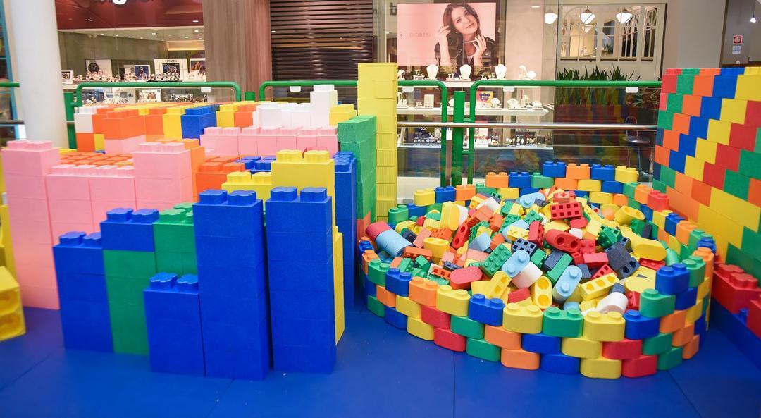 Crianças soltam a imaginação com blocos de montar gigantes em Curitiba