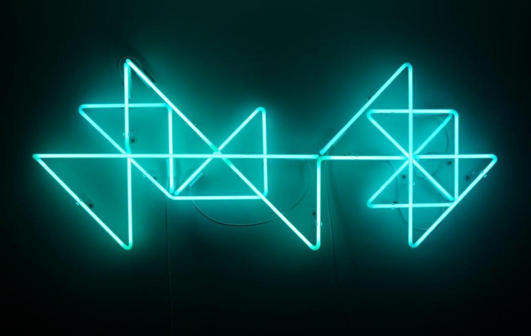 Obras com luzes neon ocupam a SOMA Galeria na exposição de Ale Mazzarolo