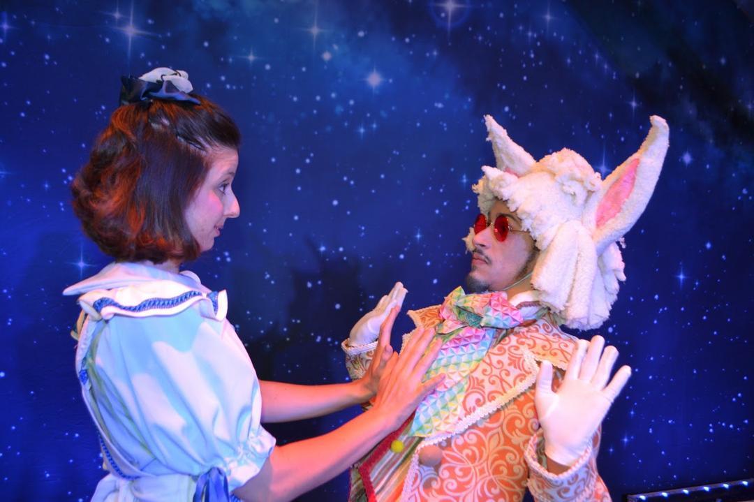 """""""Alice no País das Maravilhas"""" é a peça de novembro no Teatro do Clubinho"""