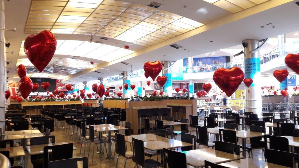 Balões temáticos e música ao vivo no Dia dos Namorados do Shopping Estação