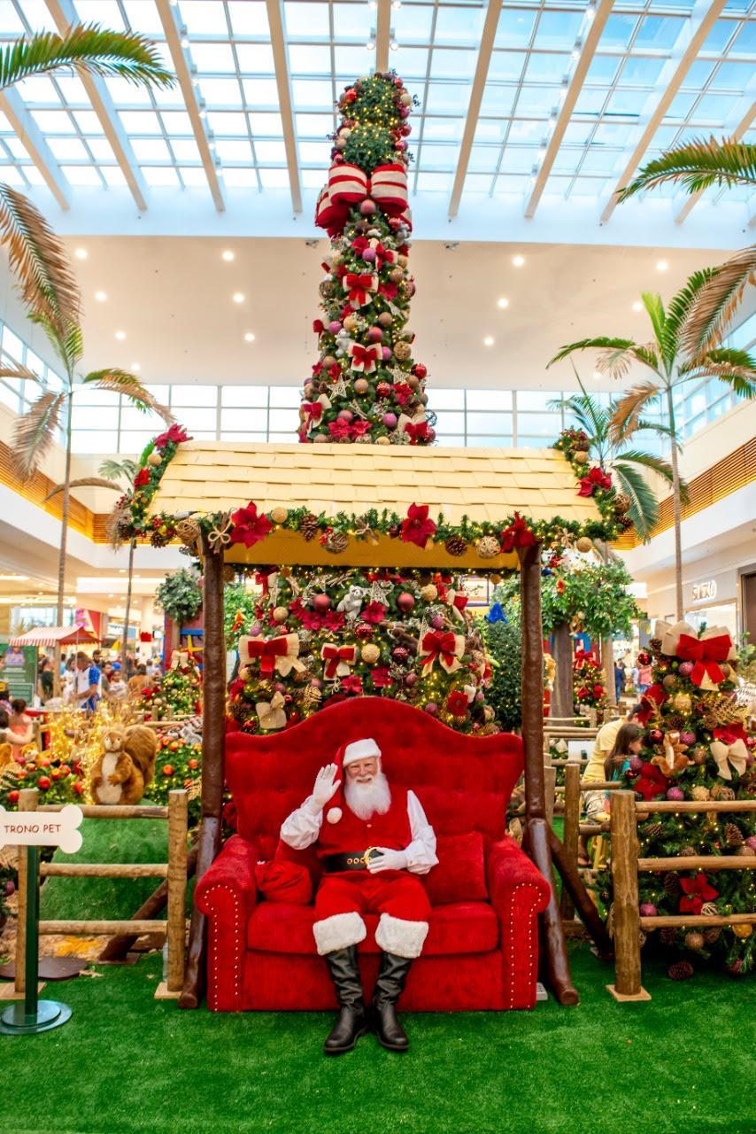 Papai Noel do Londrina Norte recebe crianças, adultos e pets na Floresta Encantada