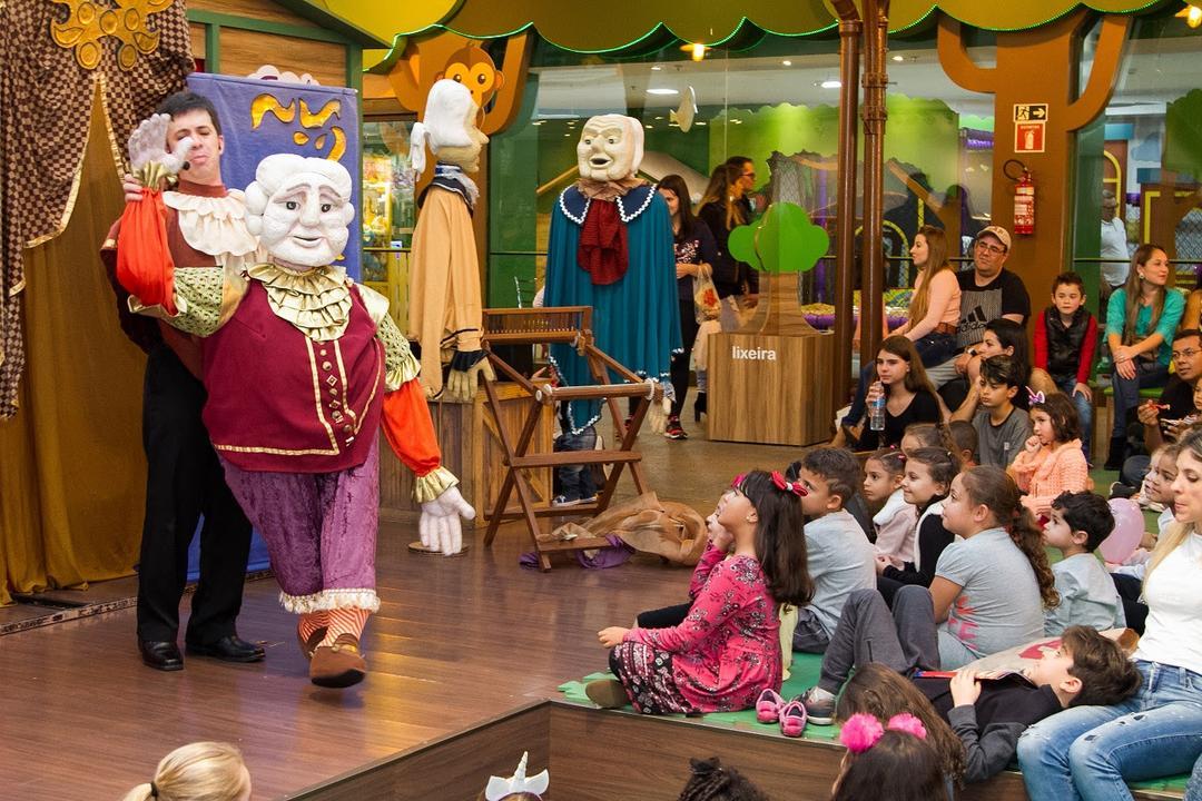 Adaptação da obra A roupa nova do Rei é encenada no palco do Faz de Conta