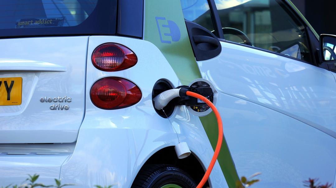 Projetos de Lei vão ampliar a possibilidade de comercialização de carros elétricos no Brasil e postos