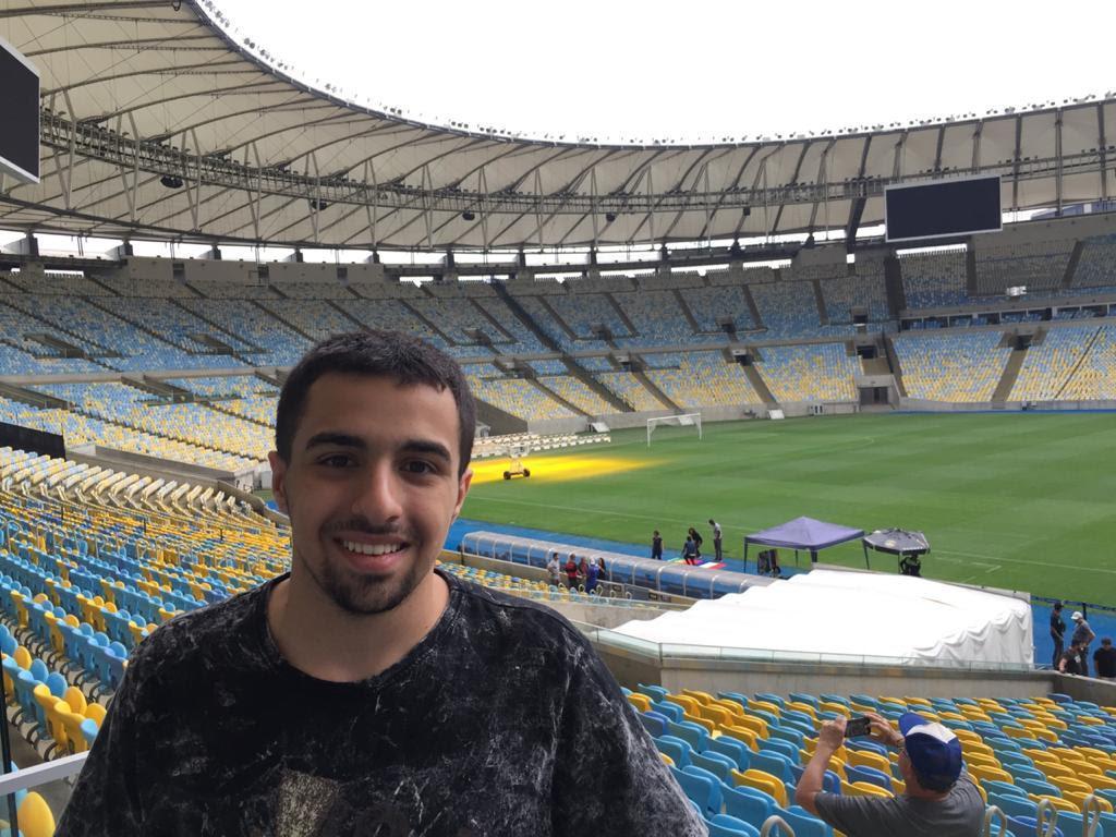 Estudante presta homenagem a Rodrigo Rodrigues durante partida de futebol