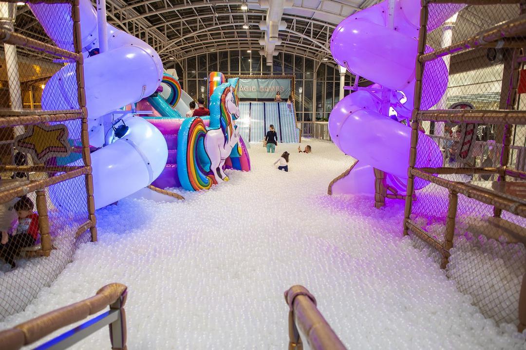 Piscina gigante com 400 mil bolinhas encanta crianças e adultos em Curitiba