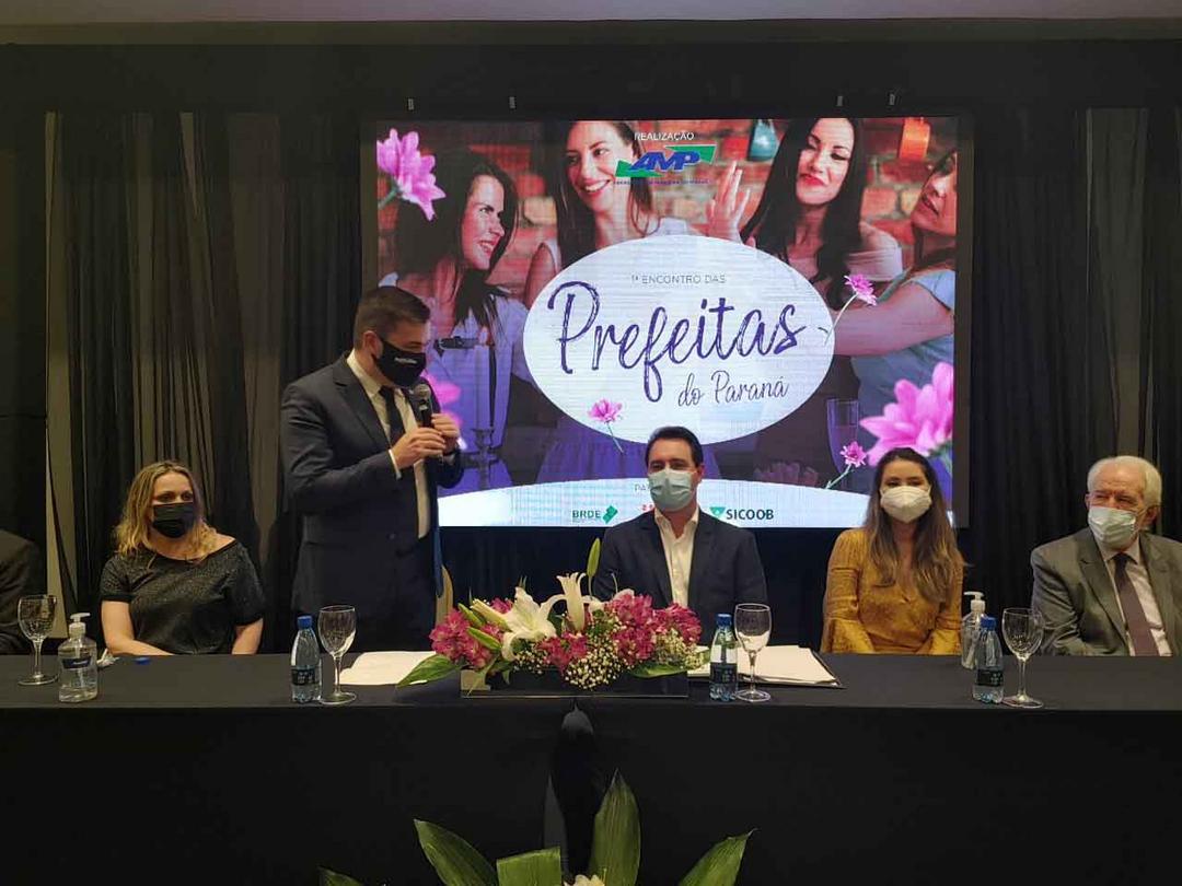 Ratinho Junior destaca, ao lado do presidente da AMP, Júnior Weiller, a importância da mulher na gestão públic