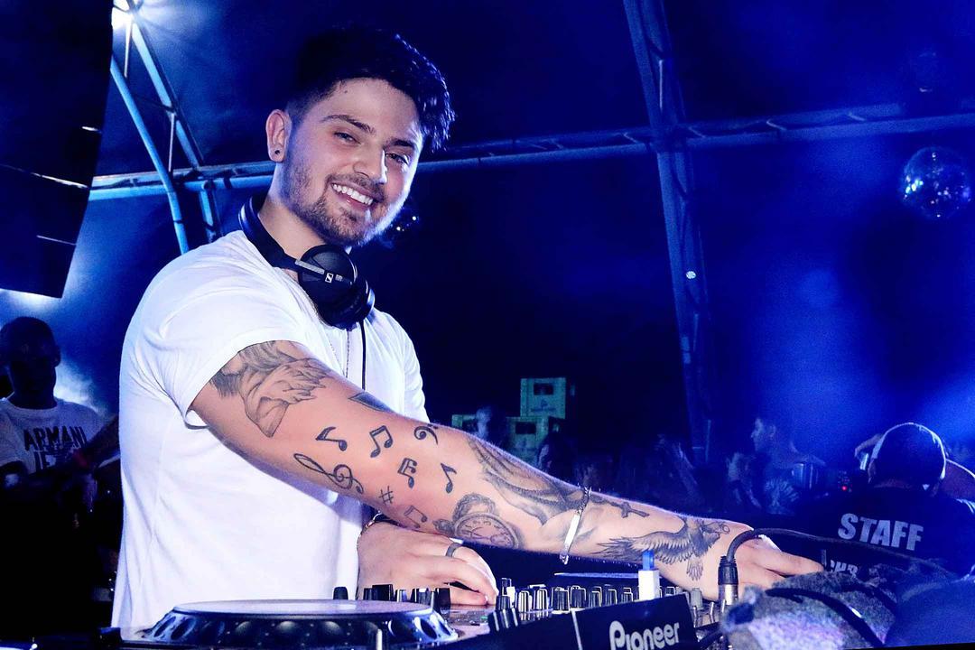DJ Chris Leão agita Luau da Ala Jovem do Santa Mônica