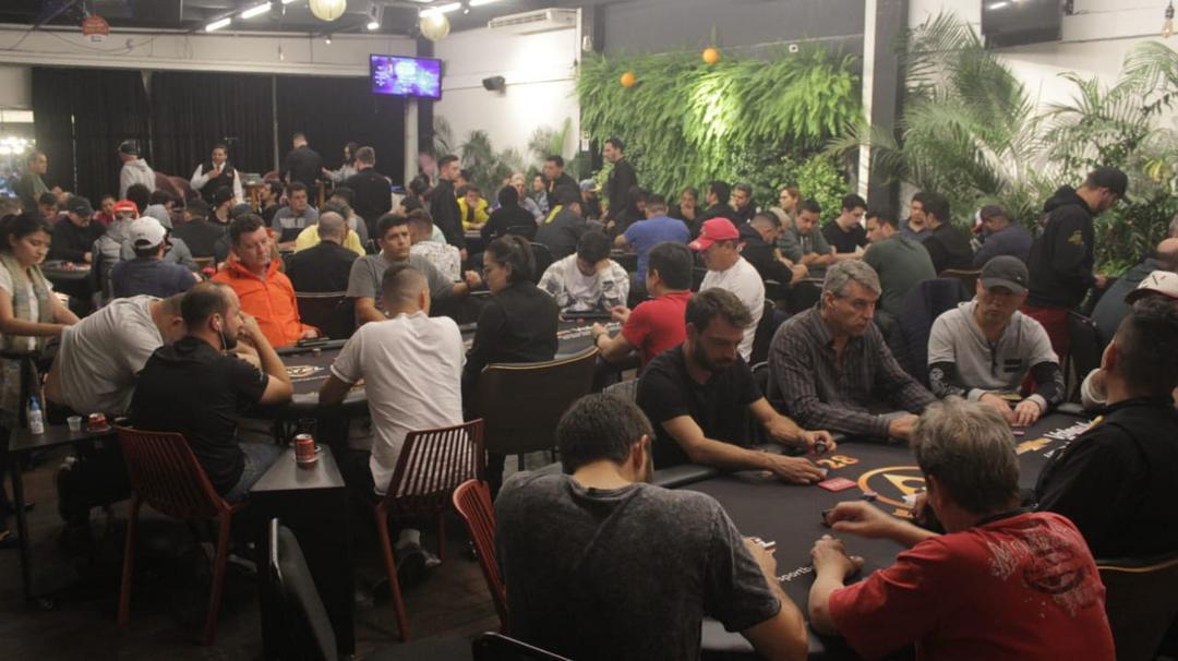 Clube curitibano de poker reúne mais de 1.200 jogadores e distribui R$ 440 mil em prêmios