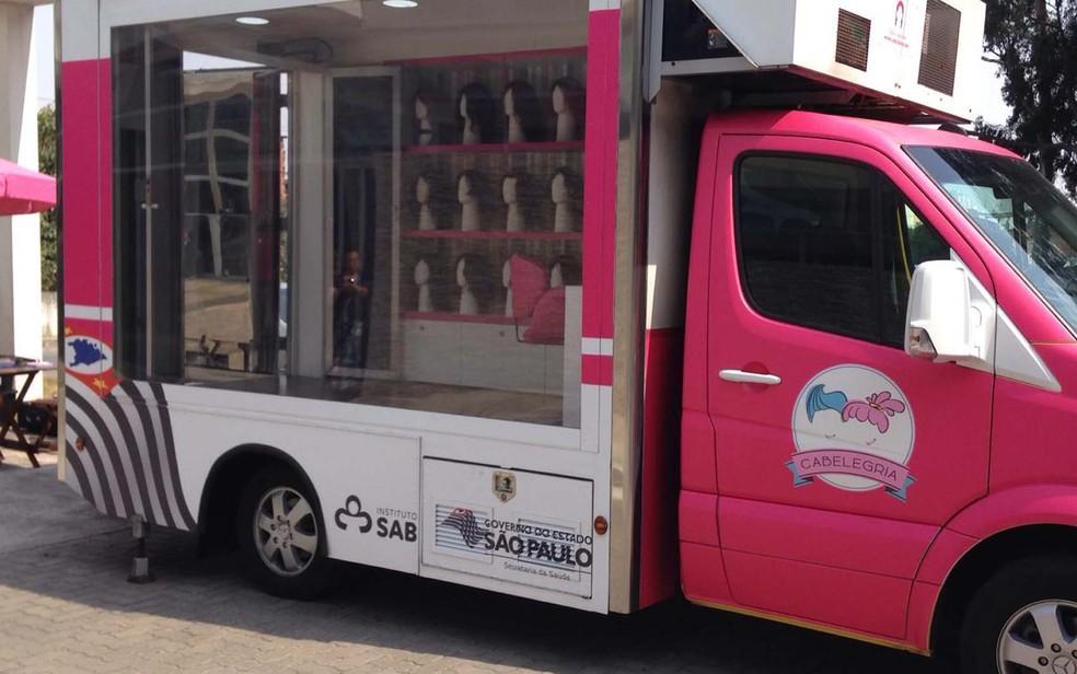 Caminhão para doação de cabelos faz parada em Curitiba