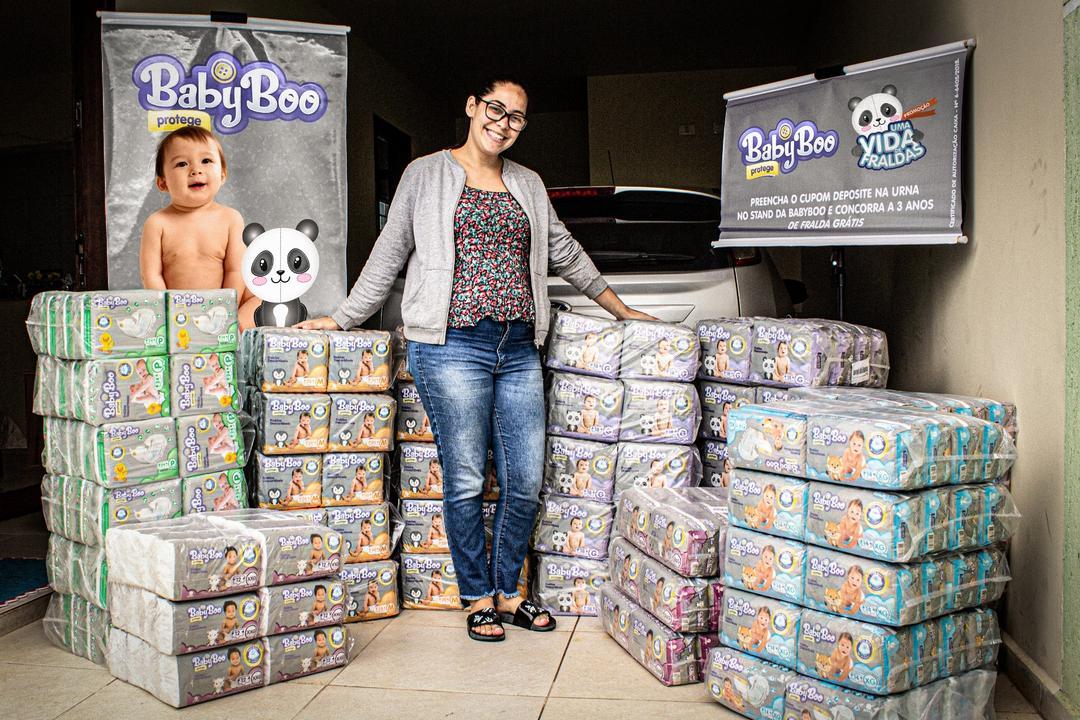 """Baby Boo entrega """"Uma vida de fraldas"""" para a ganhadora Ingrid Teixeira"""