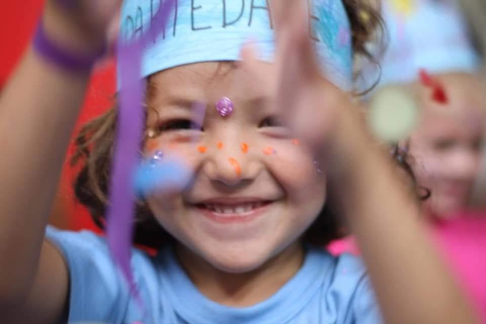 Escola social promove cortejo de carnaval para celebrar os direitos da criança