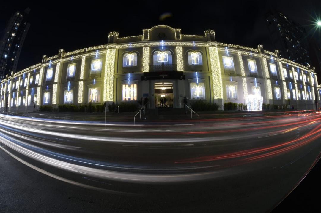 Cartão-postal de Natal na cidade, fachada do Shopping Curitiba conta com iluminação de 29 mil microlâmpadas