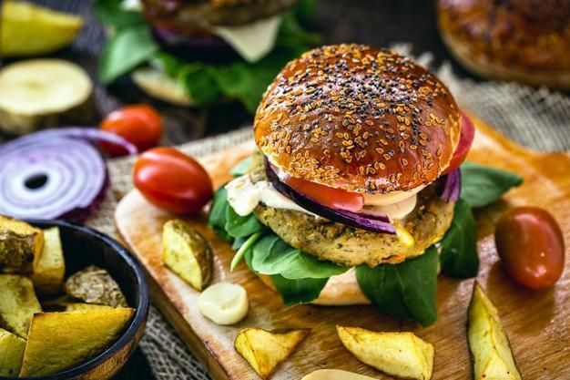 Dia do Hambúrguer: produtos vegetarianos e veganos ganham espaço na data