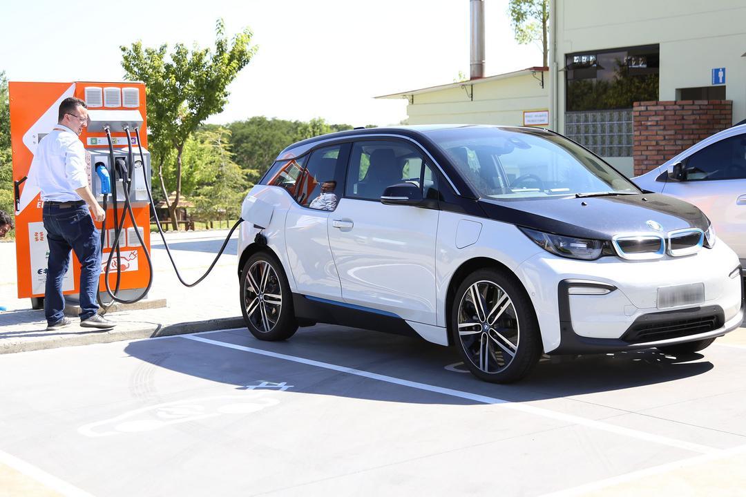 Popularização dos carros elétricos e futuro do setor é debatido por palestrantes internacionais