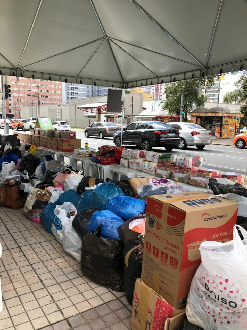 Prefeitura e shopping arrecadam mais de 1.400 peças de roupas e 200 quilos de alimento