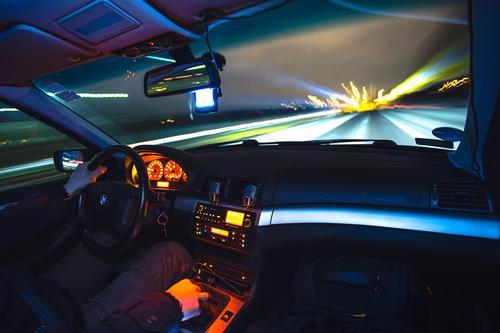 Motorista que dirige em alta velocidade pode perder o seguro em caso de acidentes
