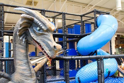 Piscina de bolinhas com cenário medieval e dragões mecatrônicos diverte as crianças em Curitiba