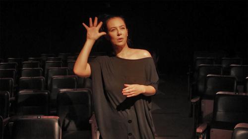 Companhia Fluctissonante cria peças e performances cênicas que unem Português e Libras