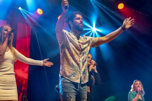 Curitiba recebe linda homenagem de Behort e convidados em show na Ópera de Arame