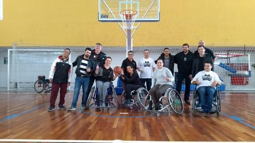 Colégio de Curitiba promove jogo de basquete entre time de paratletas e comunidade