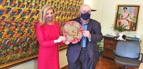 Prefeito Greca recebe obra do artista curitibano Eloir Jr., das mãos da Cônsul da Polônia, Sra. Marta Olkowska