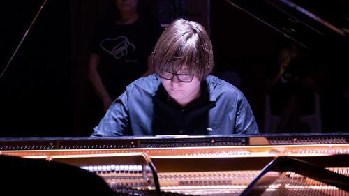 Pianista de 16 anos é atração em nova live da Unicultura