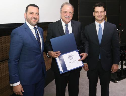 Aníbal Tacla recebe prêmio de Empresário do Ano