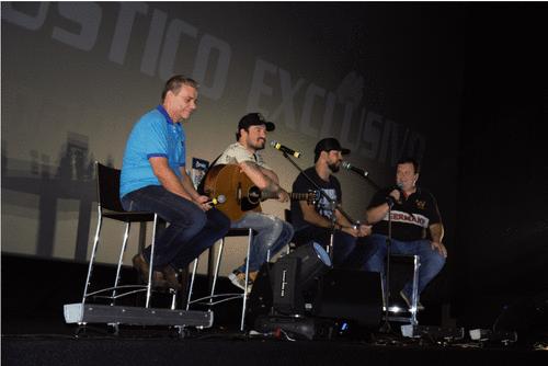 Fernando e Sorocaba fizeram show acústico dentro de cinema em Londrina