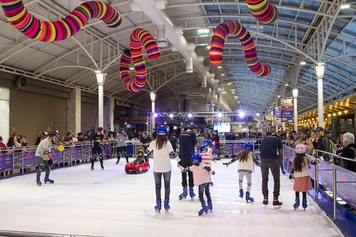 Pista de patinação no gelo em Curitiba é sinônimo de diversão para todas as idades