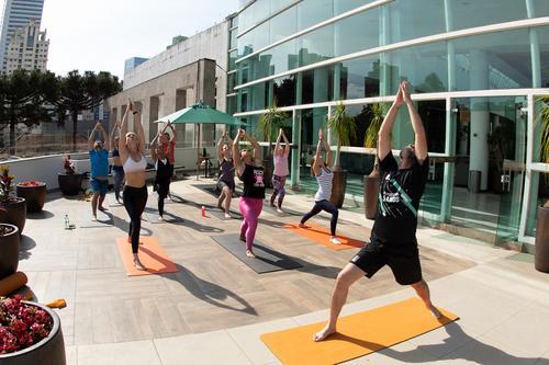 Dia do Consumidor no Shopping Crystal tem aulão gratuito de yoga