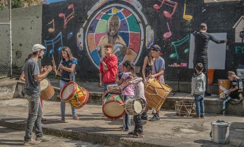 Campanha arrecada fundos para melhorar o futuro de crianças carentes em Curitiba