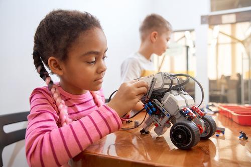 Meninas cientistas: qual o papel da escola para que elas se interessem mais pelas áreas de exatas?