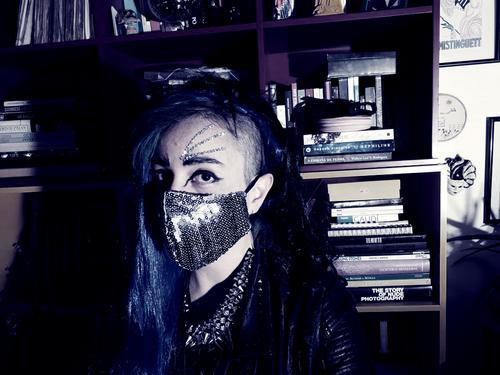 Jo Mistinguett faz live para lançar o hino lesbofeminista Destroy the Music - Dykes