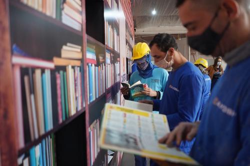 Projeto de leitura leva conhecimento para canteiros de obras