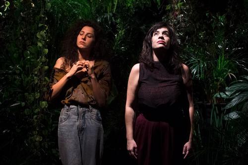 "Inspirada em poetisas latino-americanas, Maíra Lour apresenta leitura dramática audiovisual ""Insensatez"""