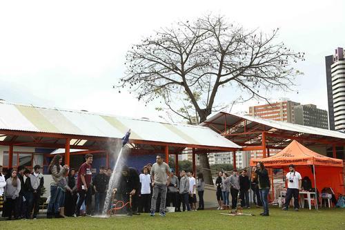 Estudantes lançam foguetes de garrafa pet para comprovar Lei de Newton