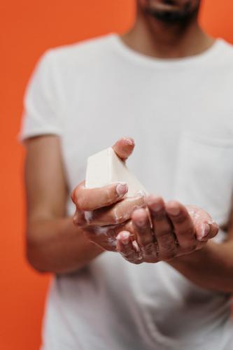 Álcool gel pode causar queimaduras se não for usado corretamente