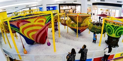 Duas toneladas de malha formam playground de crochê feito à mão, inédito no Sul do País