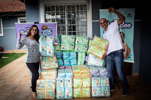 Baby Boo entrega mais de 5 mil fraldas a casal curitibano