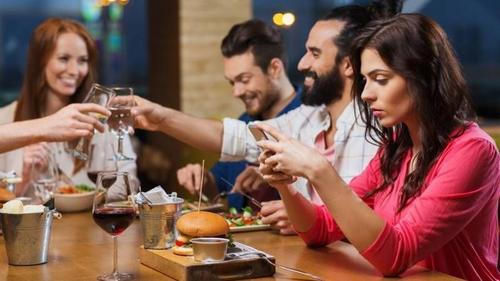 Bistrô de Curitiba oferece sobremesa gratuita a casais que não usarem celular durante o jantar