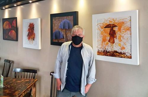 La Rauxa Café recebe a exposição Guarda-Me Chuva, do artista e designer Oswaldo Fontoura Dias